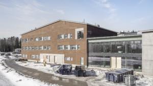 Lapti rakentaa Nokian kaupungille Emäkosken yläkoulun 550 oppilaalle. Koulun sisätiloissa väliseinätyöt ovat hyvässä vauhdissa